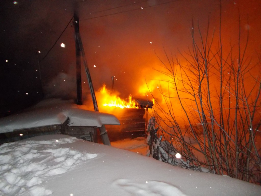 Поздно вечером в г. Вятские Поляны по ул. Тоймен малая разделка дымохода печи привела к пожару в деревянной бане. В результате обгорели стены, потолочное перекрытие и крыша по всей площади. Кроме того, у 6 дощатых хозсараев, расположенных рядом с баней, обгорели стены и крыши.
