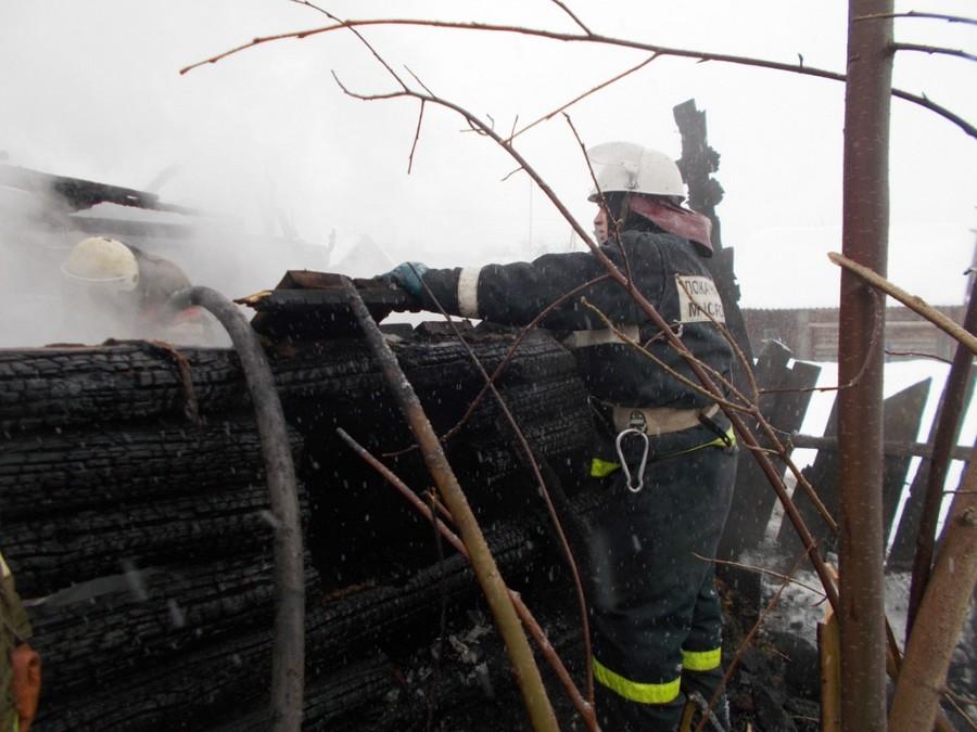 пожарный тушит возгарание