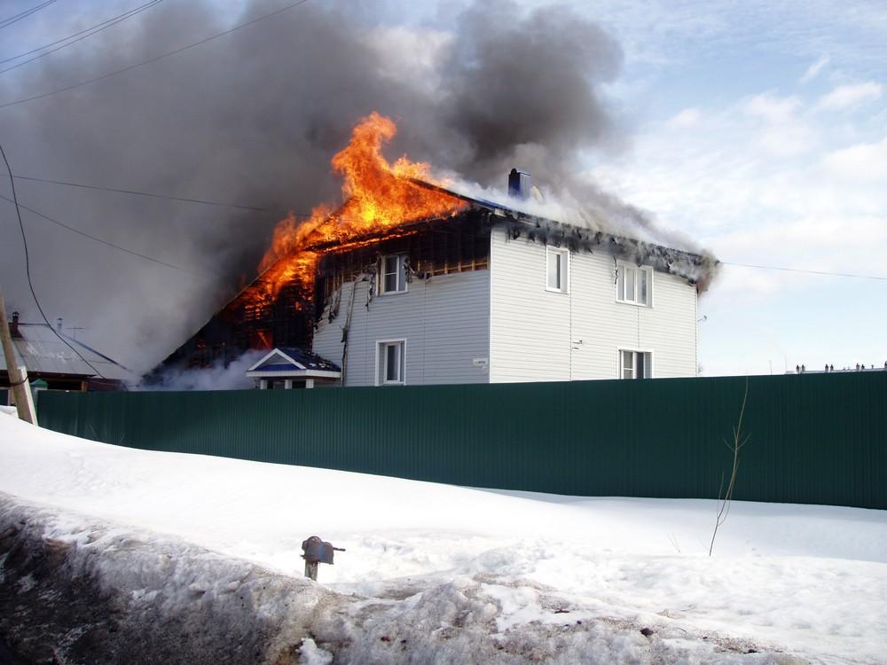 горит дом в Орлове