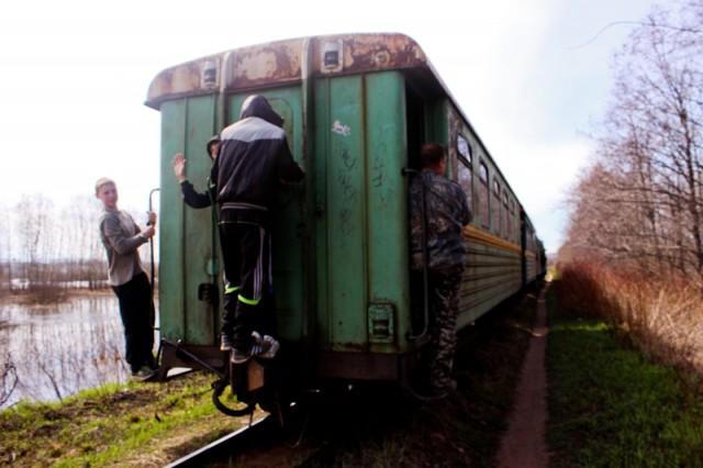 Под каринторфским поездом пострадал человек