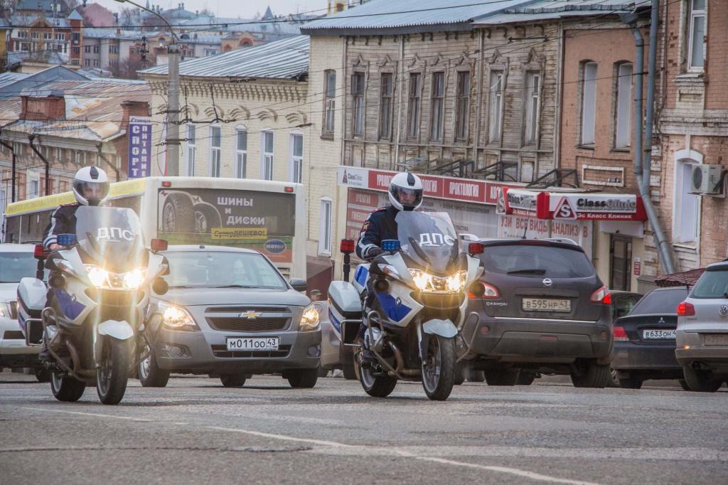 За улицами в Кирове начал следить патруль на мотоциклах