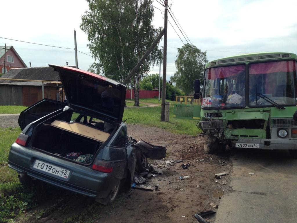 На трассе из Нововятска столкнулись автобус и легковой автомобиль