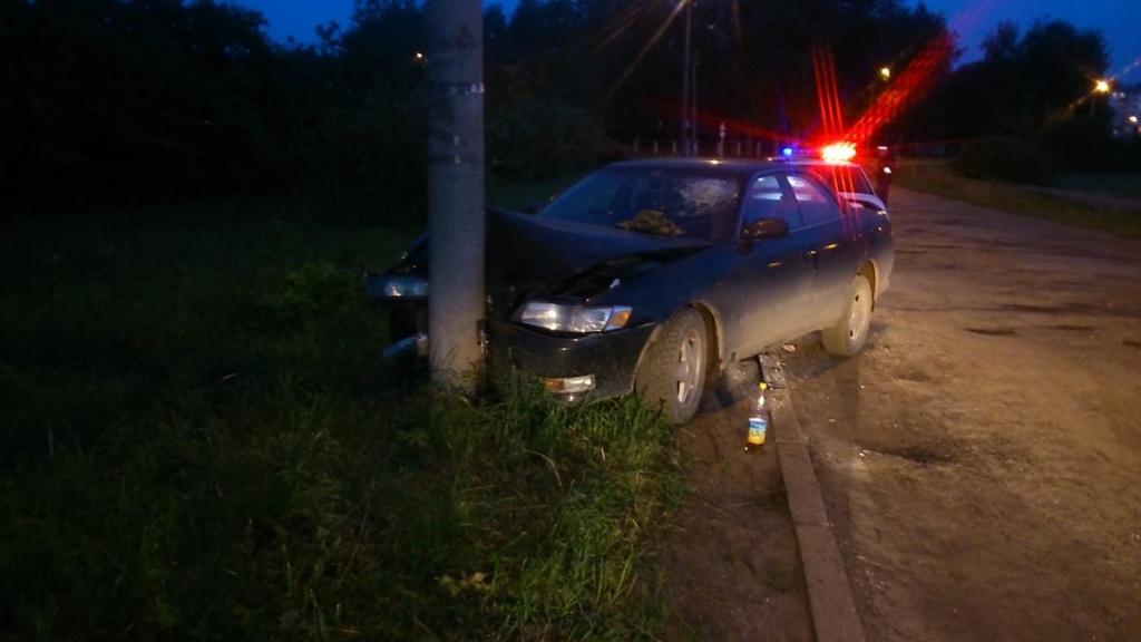 В Костино иномарка въехала в бетонный столб: есть пострадавший