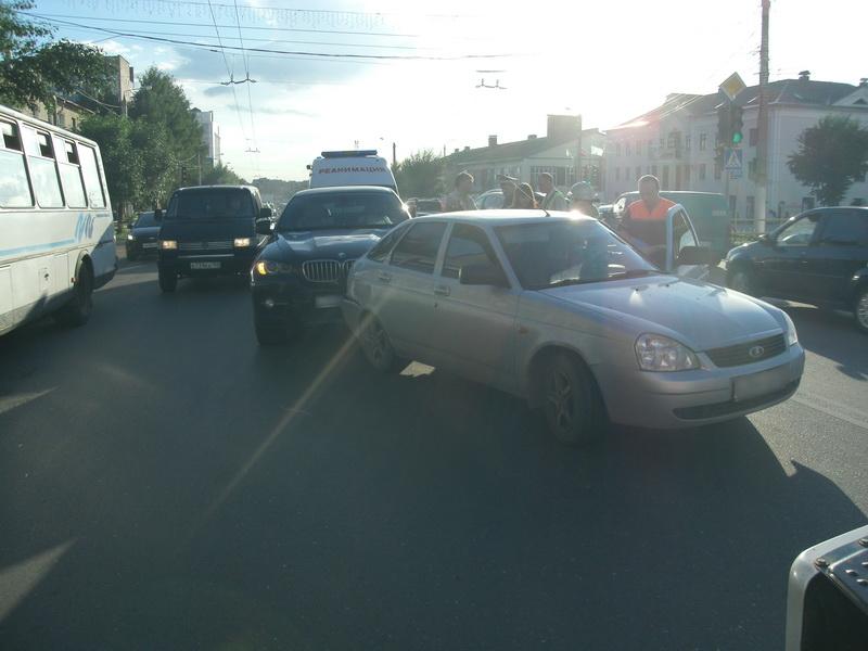 В Кирове «BMW X6» въехал в «Приору»