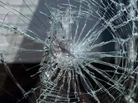 В Кирове у мужчины разбили дубинкой машину