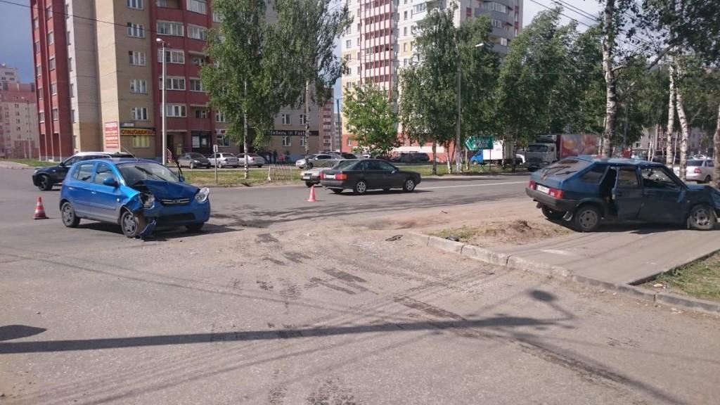 В Кирове столкнулись две легковушки: 4 пострадавших
