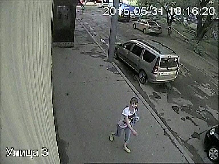 Сотрудниками УМВД России по городу Кирову устанавливаются личности троих предполагаемых похитителей портмоне с крупной суммой денег.
