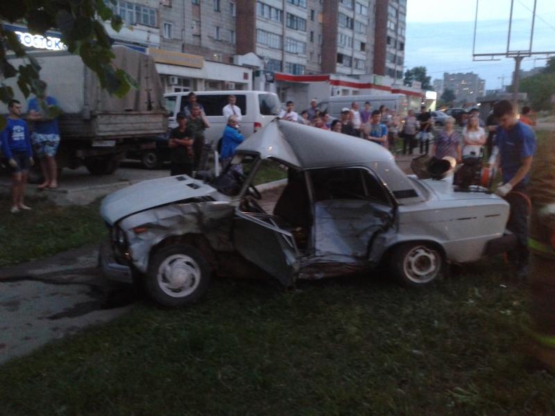 В Кирове столкнулись «Тойота» и «ВАЗ»: водитель «шестерки» скончался в больнице