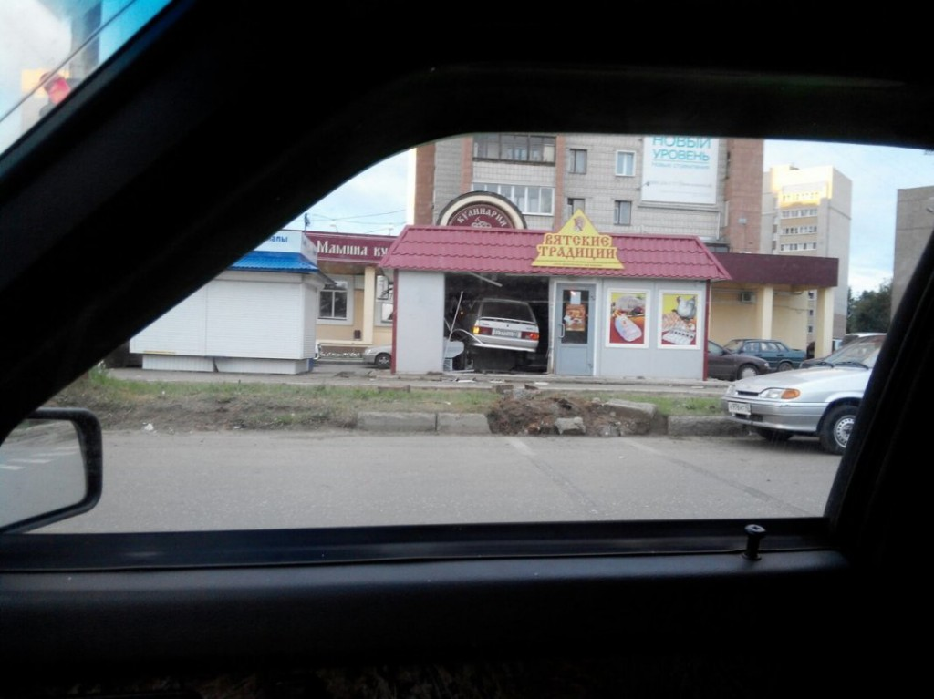 В Кирове пьяный на «Ладе» въехал в ларек «Вятские традиции»