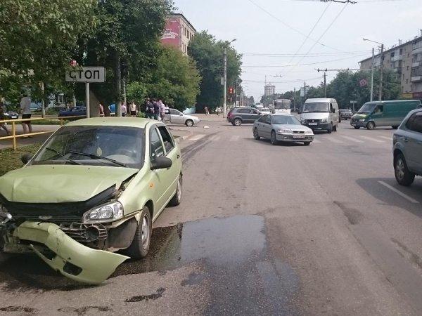 В Кирове иномарка въехала в «Ладу»: есть пострадавшие