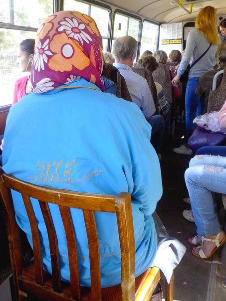 В Кирове пенсионерка ездит в автобусе со своим стулом