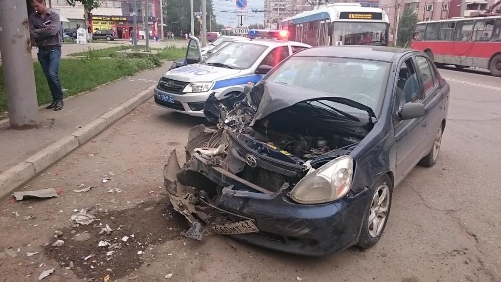 На проспекте Строителей в Кирове столкнулись 4 автомобиля