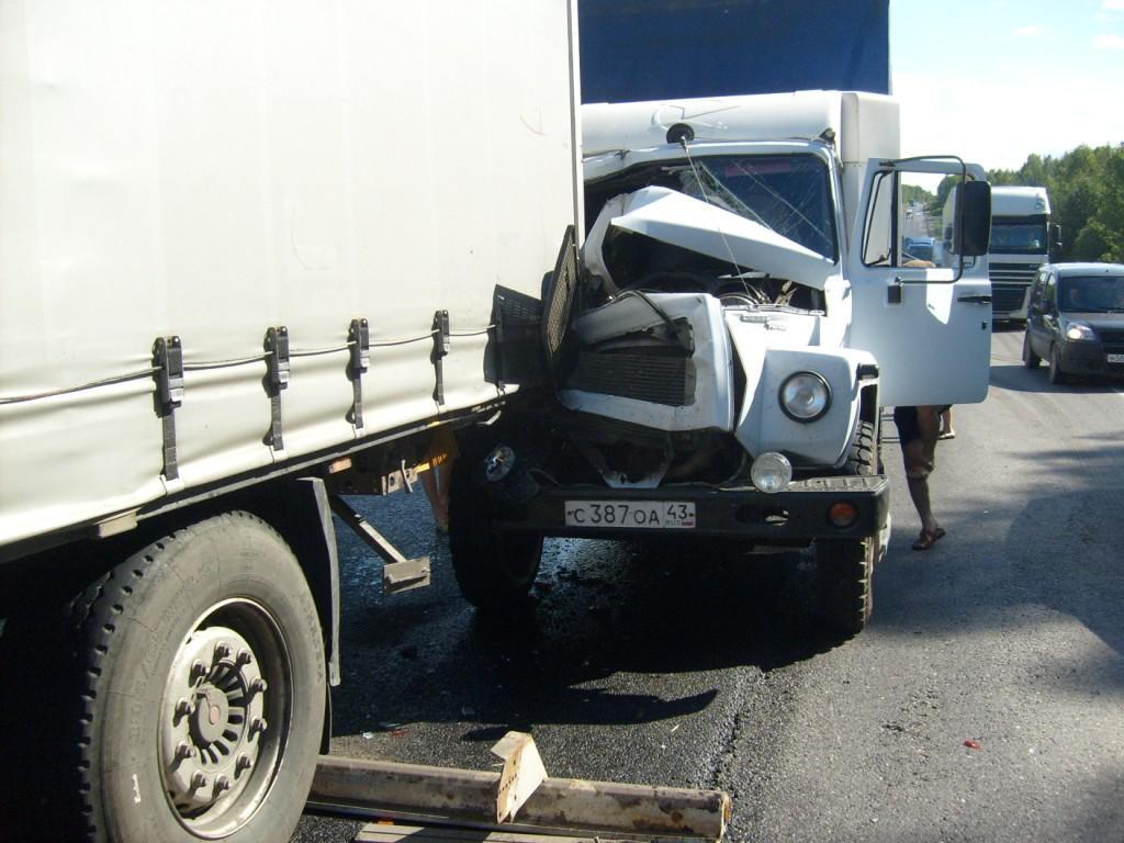В орловском районе Кировской области грузовик въехал в фуру