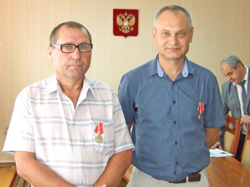 Двоих жителей Вятских полян наградили «За отвагу на пожаре»