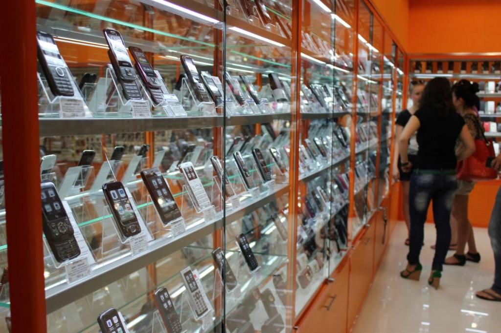 В Кирове во время остановки поезда мужчина успел украсть из магазина смартфон