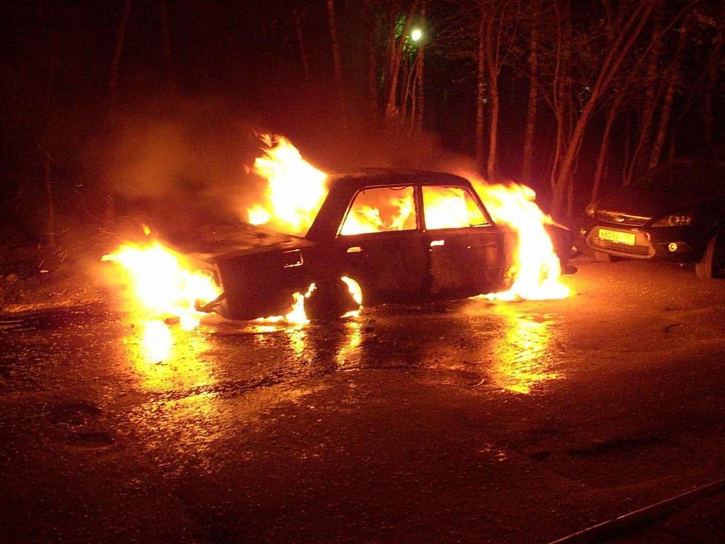 В Кировской области двое пьяных мужчин угнали автомобиль и подожгли его