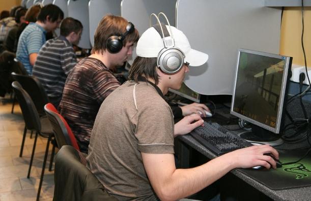 В Кирове подросткам запретили посещать ночью компьютерные клубы и кальянные