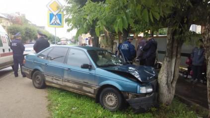 В Кирово-Чепецке Кировской области водитель въехал в дерево, чтобы не сбить ребенка