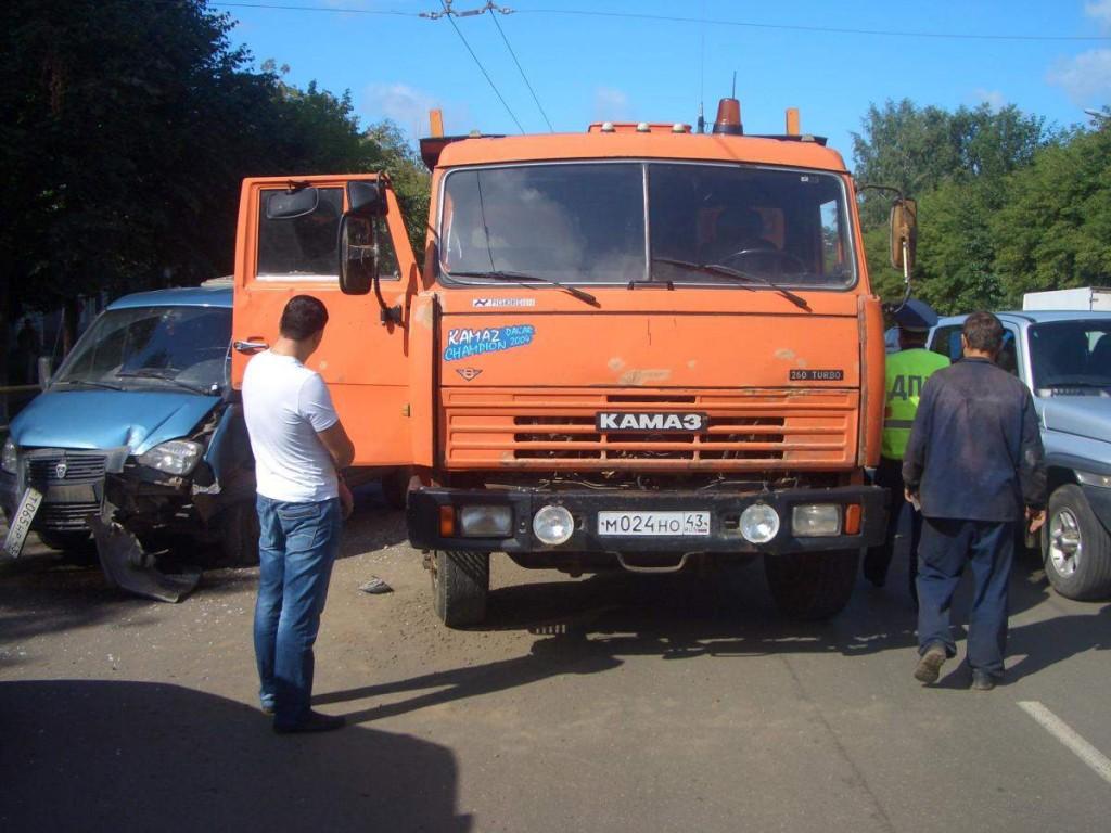 В Кирове столкнулись КАМАЗ и ГАЗ-2217