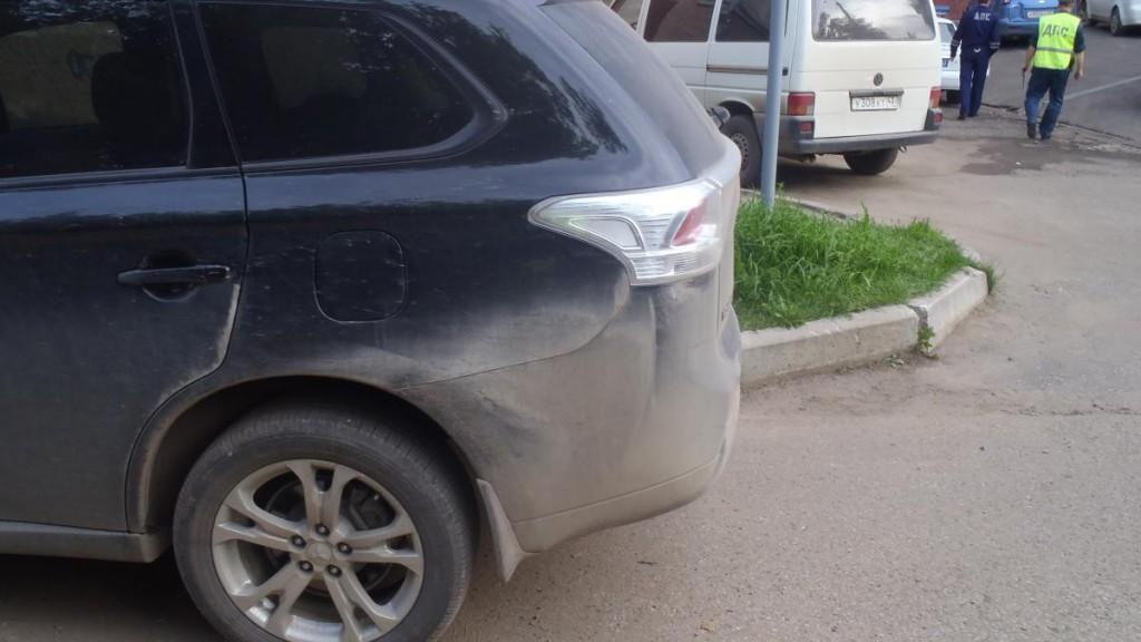 В центре Кирова минивэн наехал на свою хозяйку: женщина получила множественные переломы
