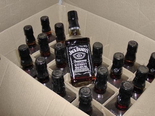 Мужчина, перевозивший крупную партию поддельного алкоголя, попался на взятке