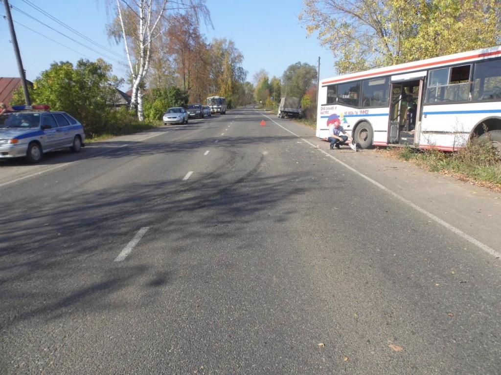 В Яранске столкнулись ВАЗ и автобус