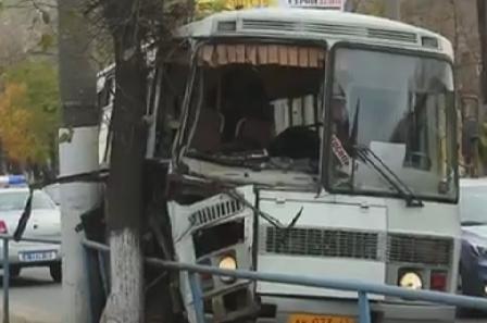 На Октябрьском проспекте автобус врезался в столб, пострадали дети