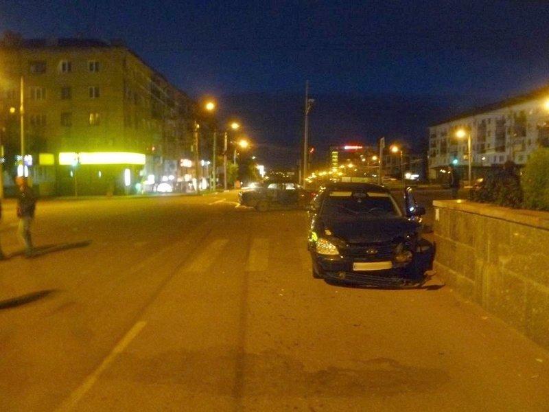 На Октябрьском проспекте водитель «семёрки» врезался в «Приору» и сбежал