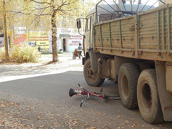 В центре Омутнинска столкнулись КамАЗ и велосипед