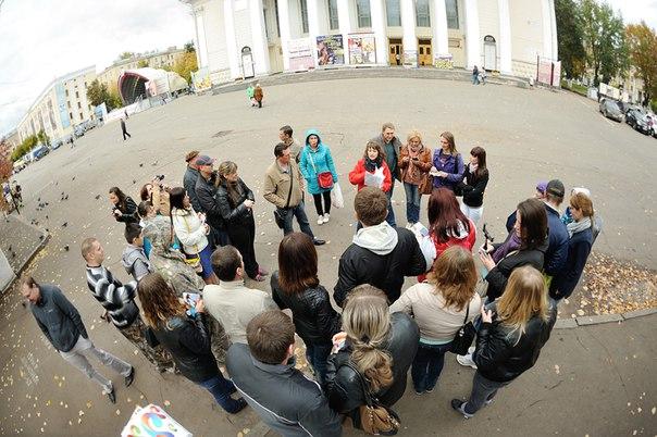 «Ростелеком» организовал для участников бонусной программы «Охотники за впечатлениями» в Кировской области третье выездное мероприятие геокешинг-автоквест. В туристической игре, основанной на поиске тайников и выполнении различных заданий, приняли участие 30 абонентов компании, прошедшие регистрацию на сайте http://bonus.volga.rt.ru/. 8 команд на автомобилях отправились на поиск сокровищ, спрятанных в 12 точках Кирова. В помощь игрокам предоставлялись подсказки: зашифрованные координаты закладок, исторические, культурные, географические ориентиры, характеризирующие искомое место. Победителем автоквеста стала команда «Орлята» в составе Дмитрия и Инны Жигаловых, Татьяны Кузнецовой и Марии Прозоровой. Все участники получили памятные подарки и сувениры от «Ростелекома». «Было столько азарта, адреналина, эмоций! В ходе интеллектуального квеста мы узнали много нового. Два часа пролетели как мгновение. Очень хочется продолжения! Ждем от «Ростелекома» больше подобных мероприятий!» – поделилась впечатлениями Юлия Артамонова. Каждому участнику поездки предоставляется возможность стать обладателем Подарочного сертификата. Для этого было необходимо запечатлеть самые яркие моменты мероприятия, разместить фоторепортаж на собственных страницах в социальных сетях. Победителем станет участник, который первым наберет 50 положительных комментариев к своему посту. Серия выездных развлекательных мероприятий для абонентов компании стартовала в апреле 2015 года во всех регионах присутствия макрорегионального филиала «Волга». До конца года в Кировской области пройдет последнее заключительное мероприятие. Всем желающим разнообразить свой досуг и провести собственные выходные весело и интересно необходимо записаться на мероприятие в Кабинете участника http://bonus.volga.rt.ru/loyalty/#tab-content-1 в разделе «Мероприятия для абонентов». Напоминаем, что запись доступна только для участников бонусной программы «Охотники за впечатлениями».