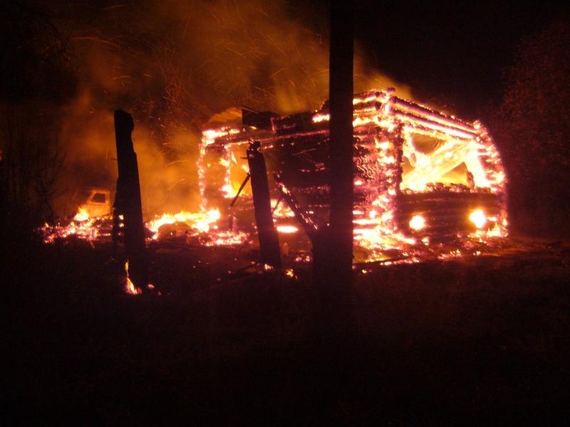 В Яранском районе сгорел дом и гараж с УАЗиком