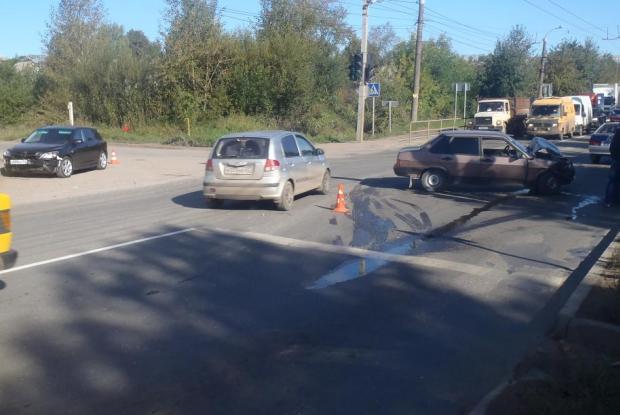 В Кирове столкнулись три автомобиля: один из водителей пострадал
