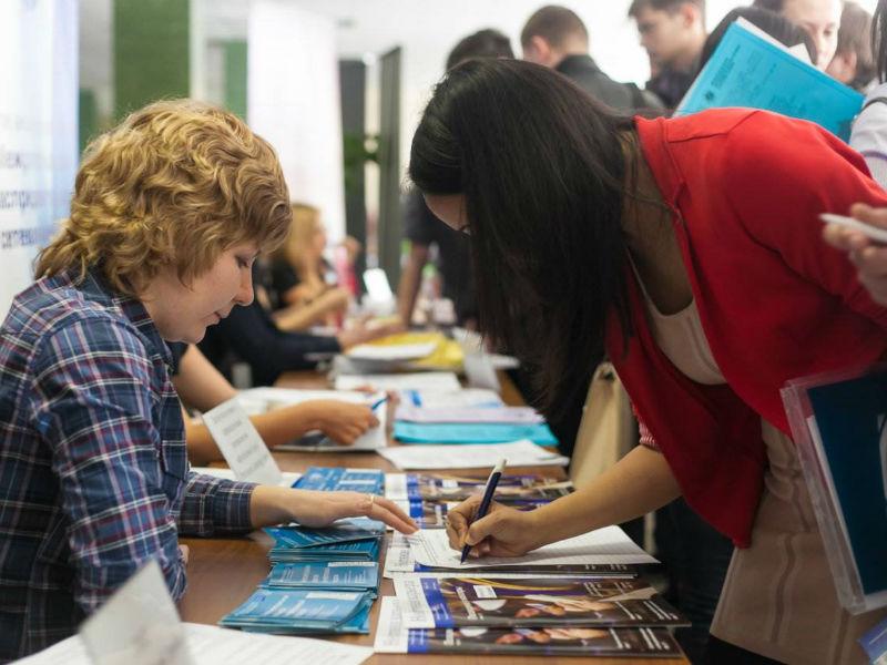 На ярмарке вакансий в ДК «Космос» работу нашли около тысячи человек