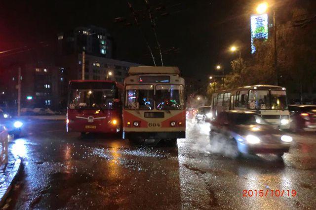 В Кирове столкнулись автобус и троллейбус