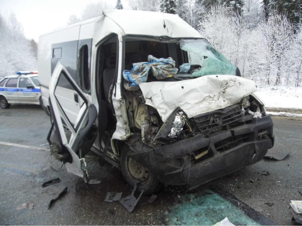 Микроавтобус врезался в КАМАЗ в Яранском районе