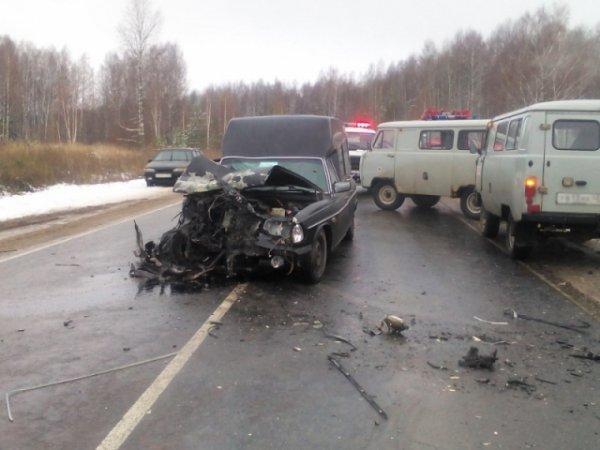На трассе Киров-Советск «семерка» врезалась в катафалк