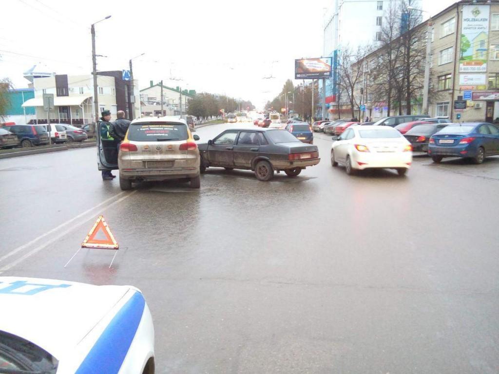 На Воровского столкнулись ВАЗ и «Фольксваген»: пострадала женщина