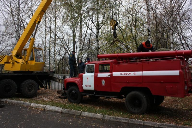 В Кирове появился памятник пожарной машине