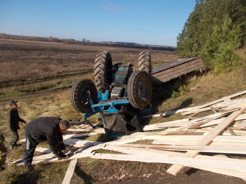 В Уржумском районе перевернулся трактор.