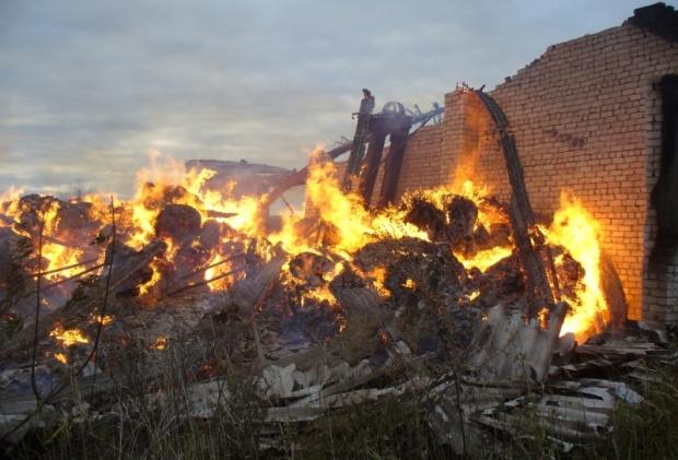 В Яранском районе сгорел склад с сеном и УАЗик