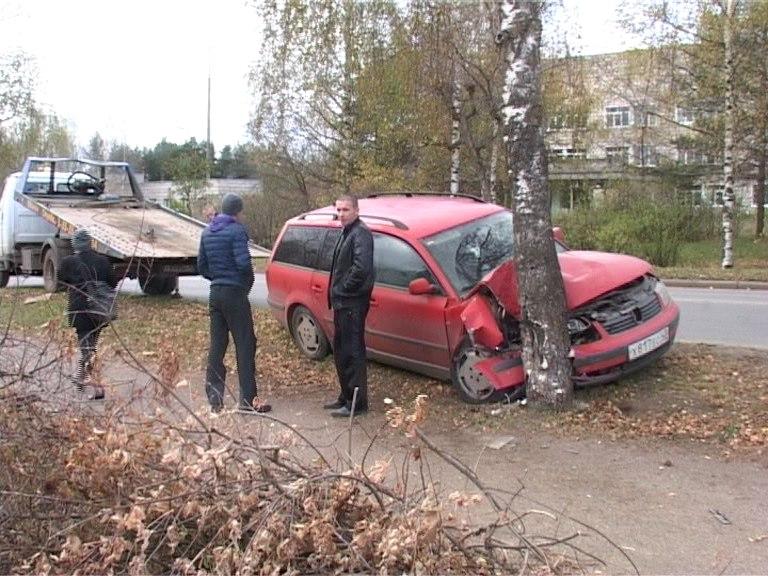 В Кирово-Чепецке иномарка влетела в дерево