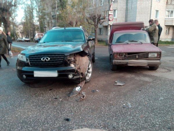 В Кирове ИЖ врезался в Infiniti