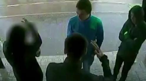 Трое молодых людей на пустыре избили девушку и ограбили ее
