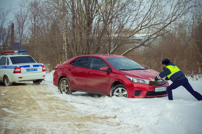 Кировские автоинспекторы помогли автоледи выбраться из кювета