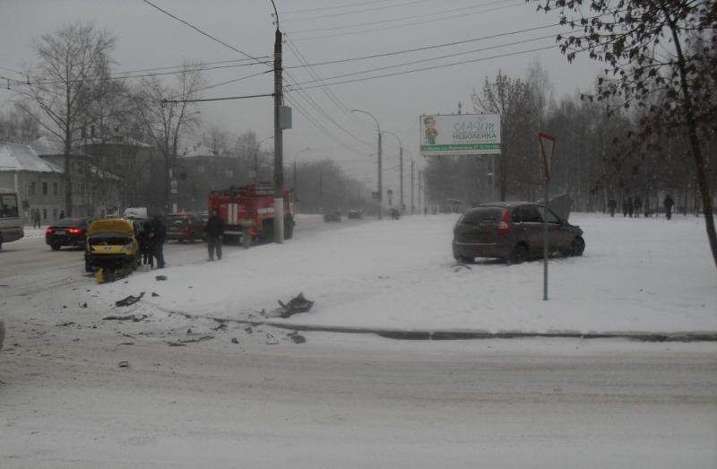 На перекрестке Московской и Менделеева столкнулись две легковушки