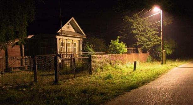 В Восточном шестилетнюю девочку обнаружили ночью на остановке