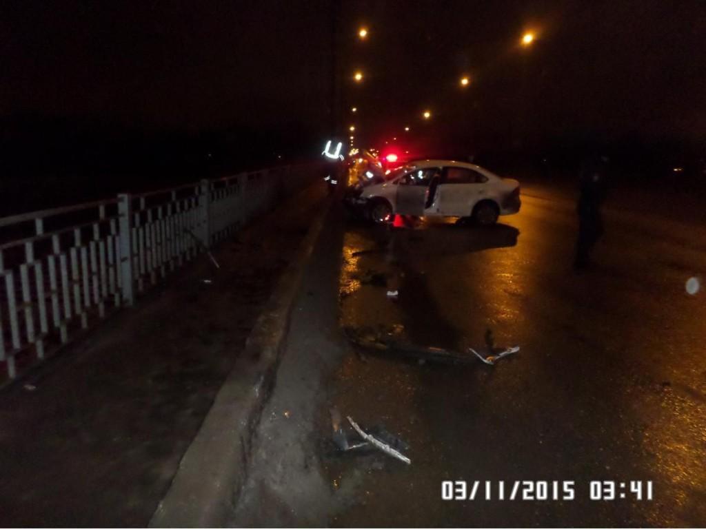 В Кирове автоледи врезалась в бордюр на путепроводе.