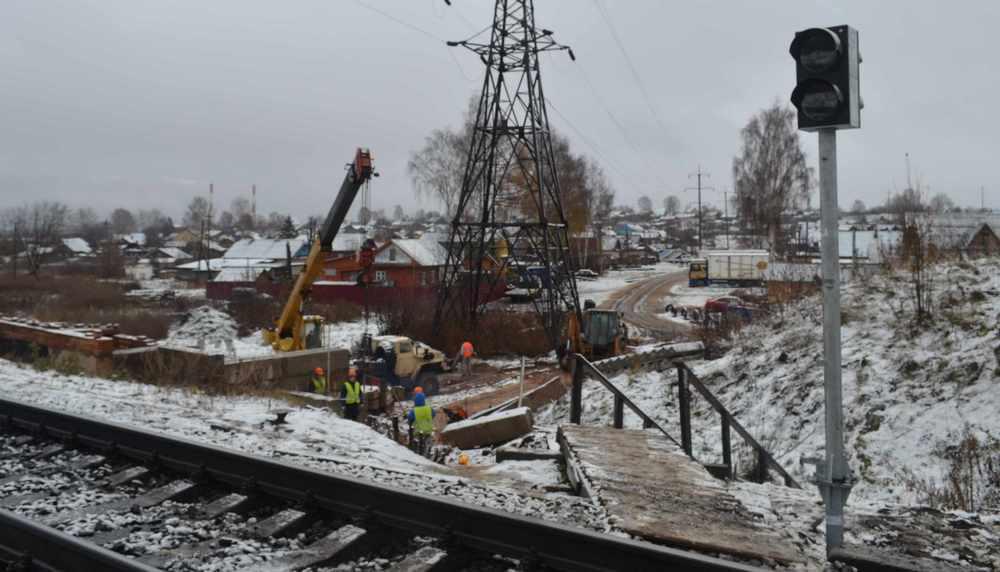 На участке Поздино – Полой установлены мачты светофоров и уложен резинокордовый настил