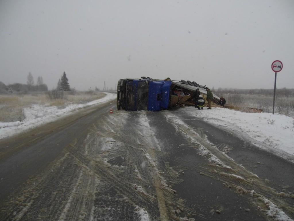 В Яранском районе перевернулся грузовик
