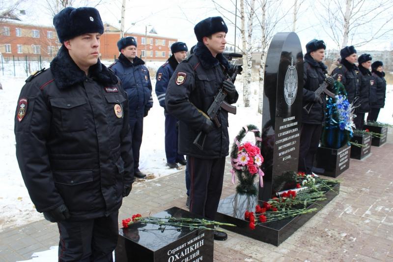 В Котельниче появился памятник погибшим на службе сотрудникам МВД